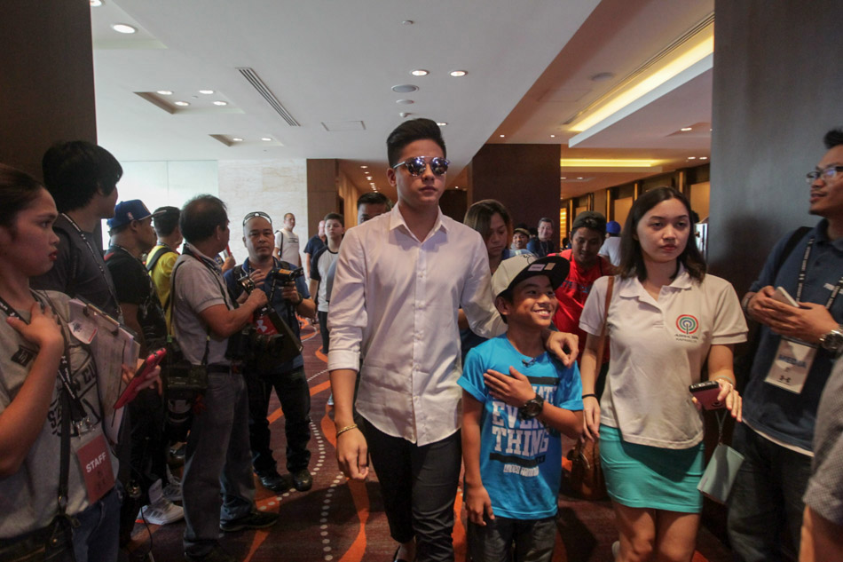 Slideshow daniel padilla meets stephen curry abs cbn news nba star stephen curry of the golden state warriors meets filipino star daniel padilla during a fan event at the fairmont hotel in makati on saturday m4hsunfo
